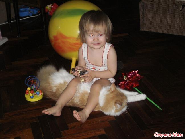 Оставили ребенка с котом