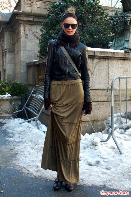 Женщина в длинной юбке и платке кто это