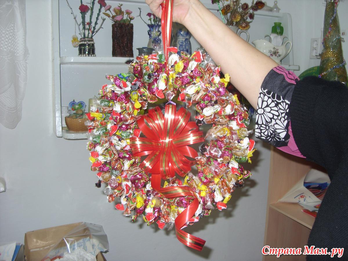 Новогодние венки из конфет своими руками мастер класс