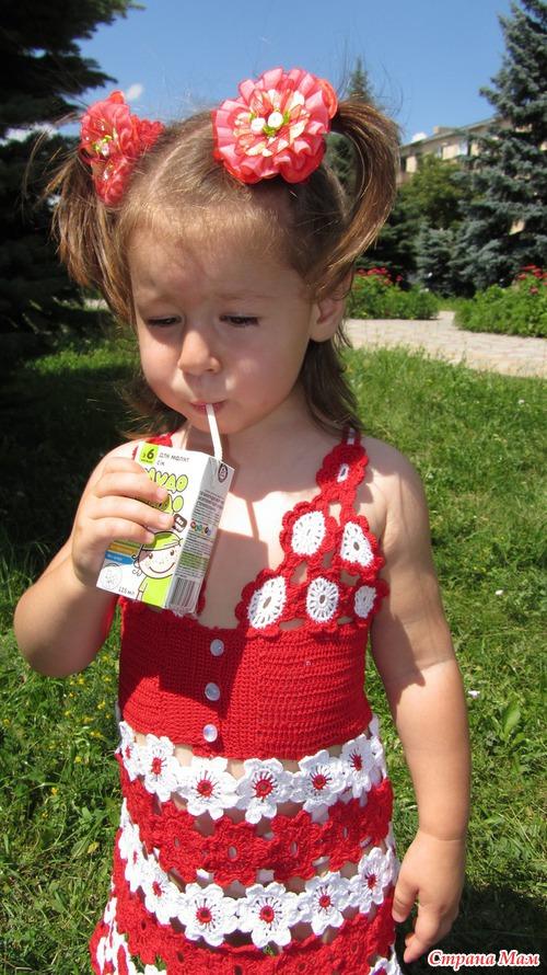 Девочка в белом сверкает трусиками фото 235-180