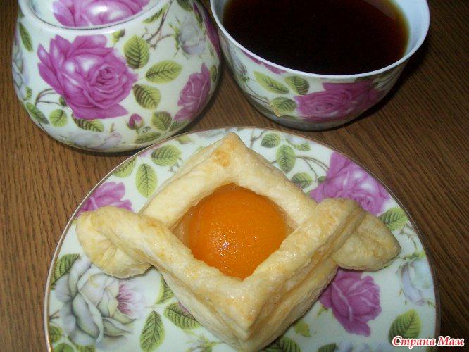 Слойки с консервированными персиками рецепт