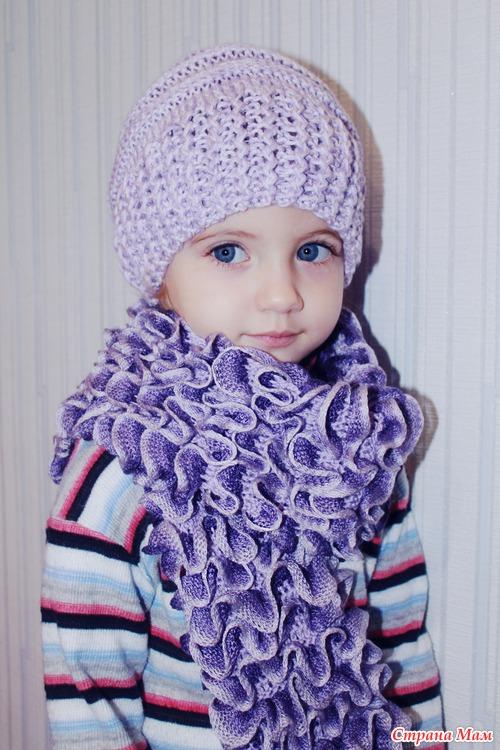 шарф светлыми рюшами вверх.