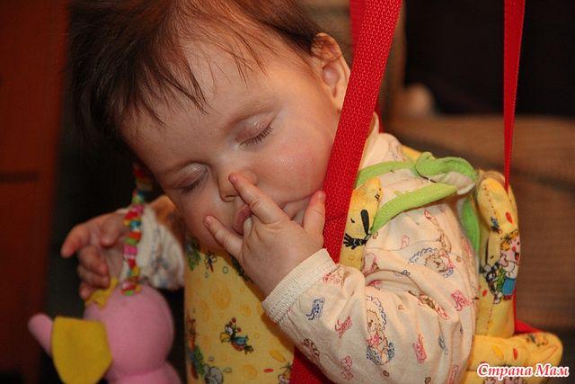 Новорожденный сосет свою руку