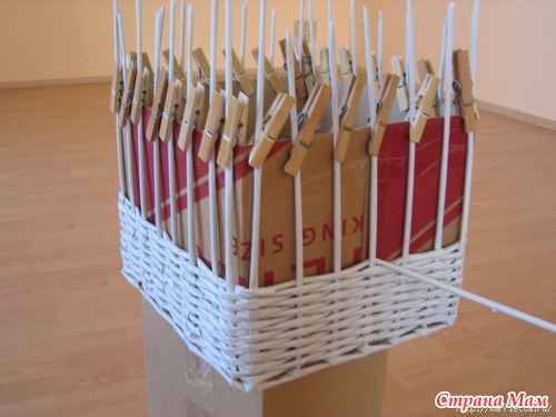 Плетем корзинку из бумаги.
