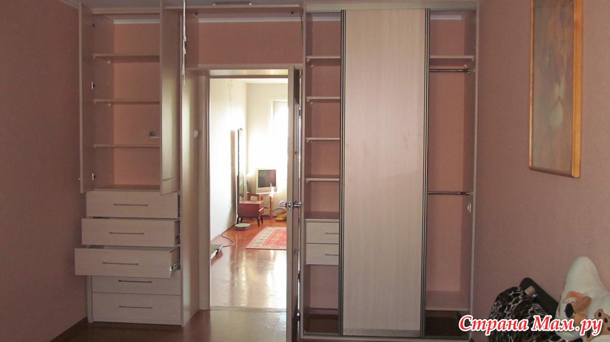 Шкаф вокруг дверного проема с антресолями.