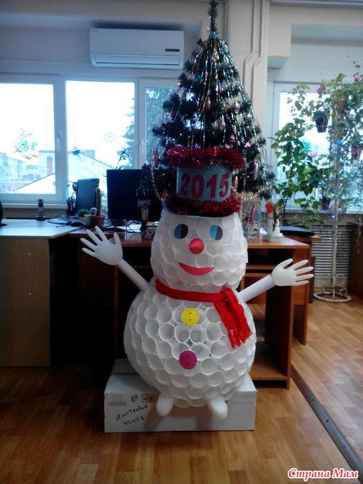 Снеговик из стаканчиков видео пошагово