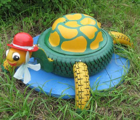 Клумбы из шин черепаха