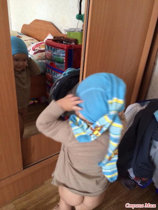 брат смотрит как сестра одевает колготки фото
