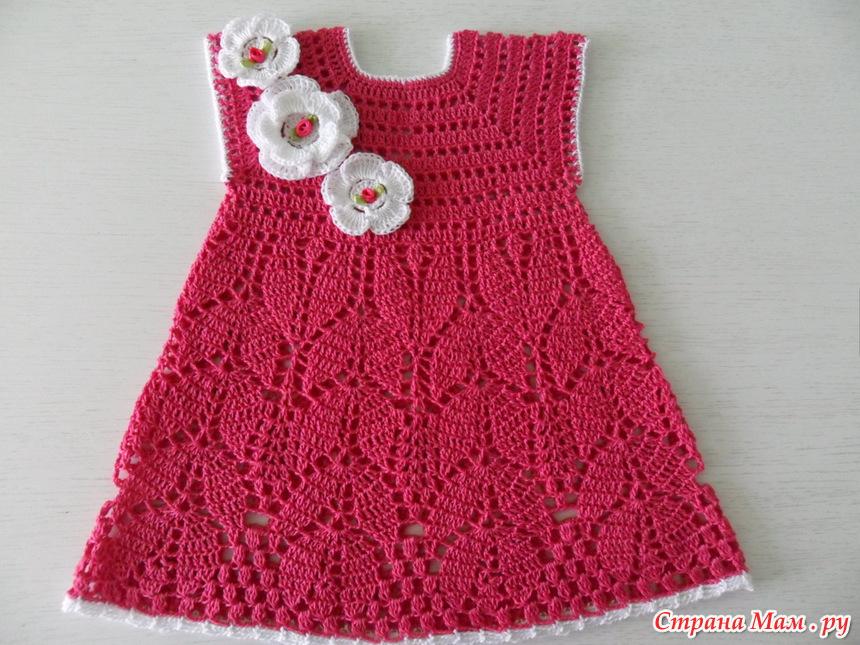 Детское вязаное платье с цветочками на кокетке