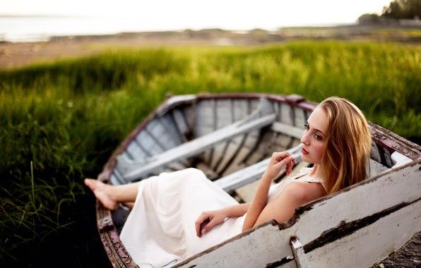 блондинка в лодке