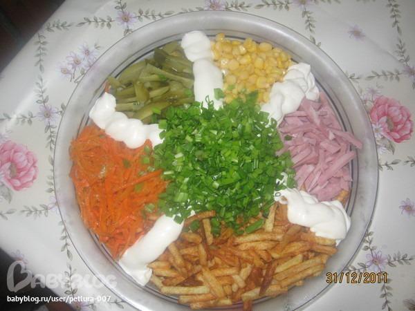 Салат состав картофель фри, крабовые палочки, мясо и другое.фото