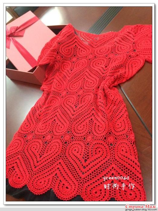 Вязаное платье с сердечками
