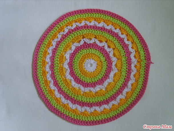 Разноцветная шляпка, хорошая идея для избавления от остатков пряжи