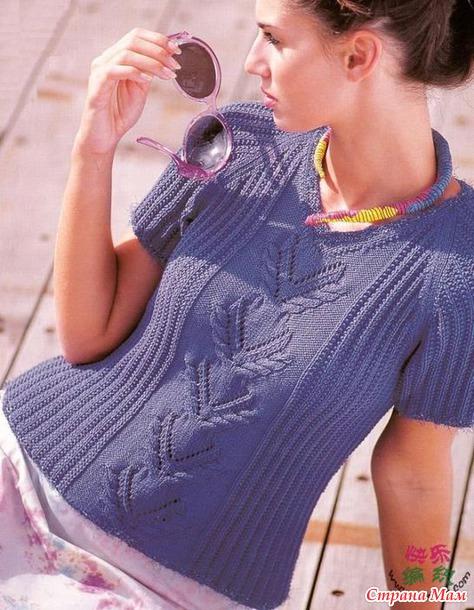 Летний пуловер с узором по центру переда спицами.