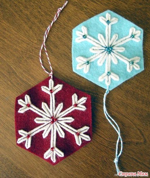 Интересный вариант создания снежинок из фетра для украшения новогодней елочки.