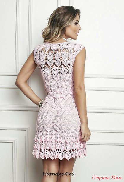 . Нежно-розовое ажурное платье с оборкой.