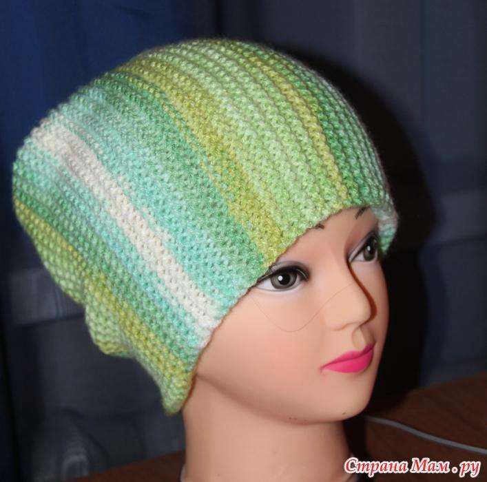 шапка спицами поперек платочной вязкой