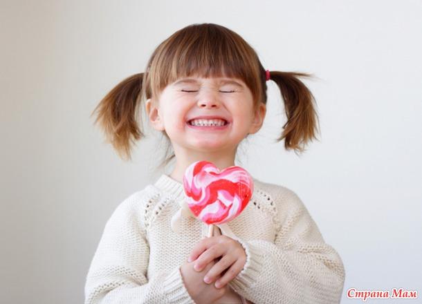 [center][b]Настино сердце[/b]  [img=left]http://st.stranamam.ru/data/cache/2015jan/02/42/14516941_49888nothumb650.jpg[/img]   Подслушав взрослых разговор,  Что сердцем – любят, сердцем -- слышат…  Свой вывод сделала с тех пор,  Ведь, Настя, даже сердцем... дышит.    Прислушиваться стало чаще,  Что ей подскажет вдруг оно…  И, далеко, не всё равно,  Коль на вопрос – ответ молчащий!    Вздохнёт, и сердце с ней вздыхает,  Порадуется -- радость в сердце…  А злиться станет, коль бывает,  Тут сердцу никуда не деться!    Вот, как-то новый нагоняй  От мамы получила Настя  (Ругает мама, всякий знай --  Ругают мамы не напрасно!),    Что в комнате, ни дать, ни взять,  Разбросаны опять игрушки.  И как тут маму не понять –  «Когда ж ты будешь маму слушать?»    Сказала ей правду, (ведь сердце не врёт,  Нельзя им любовь-отношения рушить):  «Я очень хочу, я хочу тебя слушать,  Но сердце, противное, мне не даёт!»[/center]