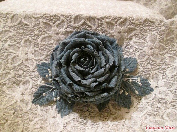Роза из джинсовой ткани своими руками.