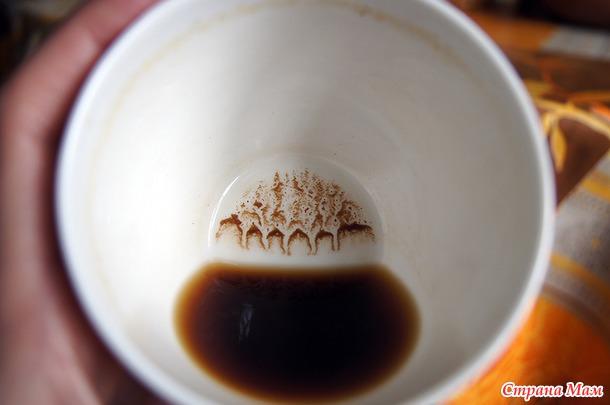 Цветок в кофейной гуще на дне