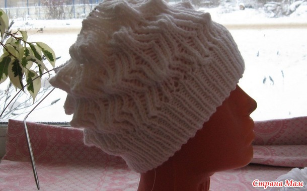 Комплект шапка и снуд красивым узором.