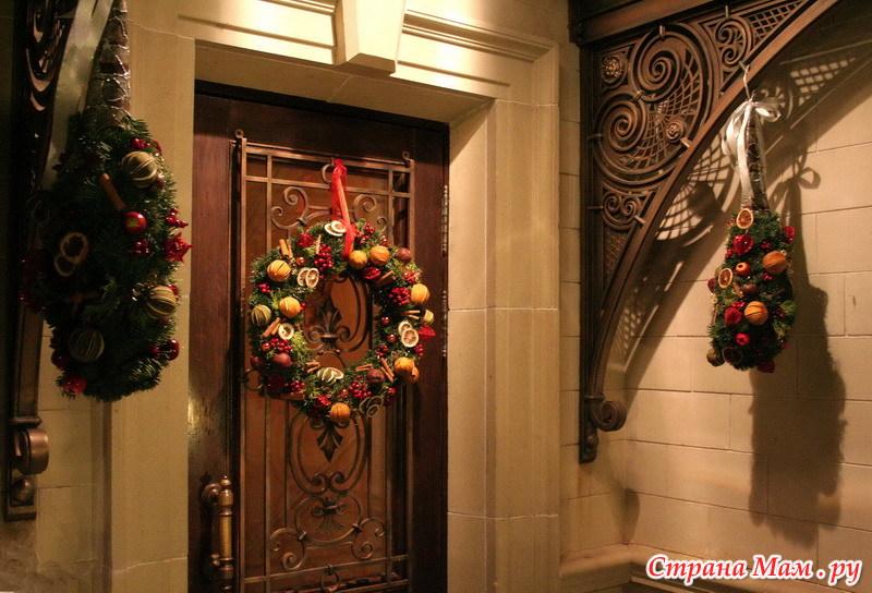 оформление над входной дверью