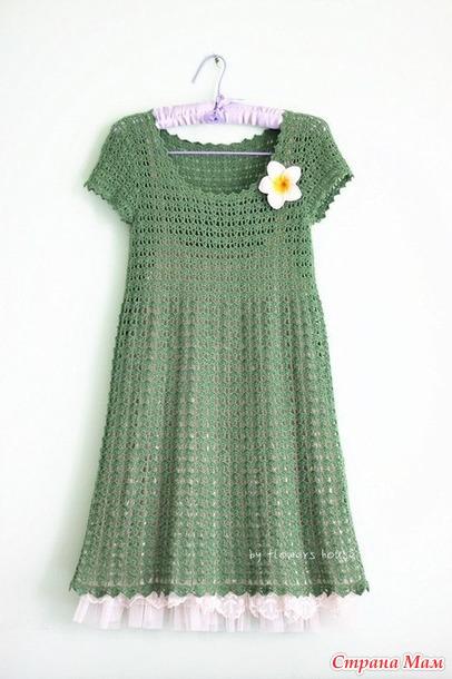 Зеленое ажурное платье с завышенной талией