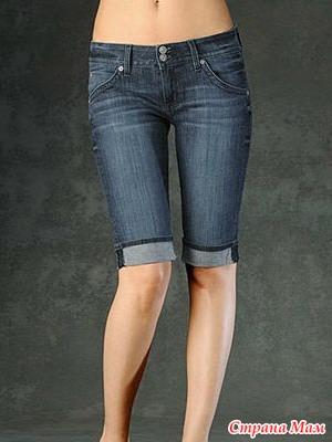 Сестра в обтягивающих джинсовых шортах