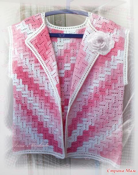 Бело-розовый жакетик без рукавов из пряжи секционного крашения.