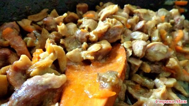 Куриные желудки тушеные с грибами