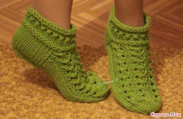 Укороченные ажурные носочки спицами.