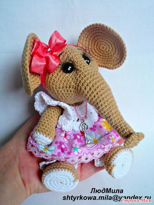 Слоняша Машенька со своей любимой игрушкой.