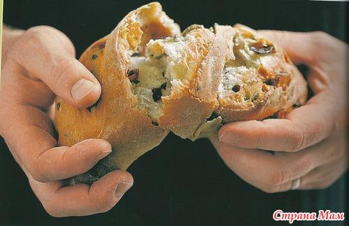 Итальянский хлеб с панчеттой, оливками и маслинами