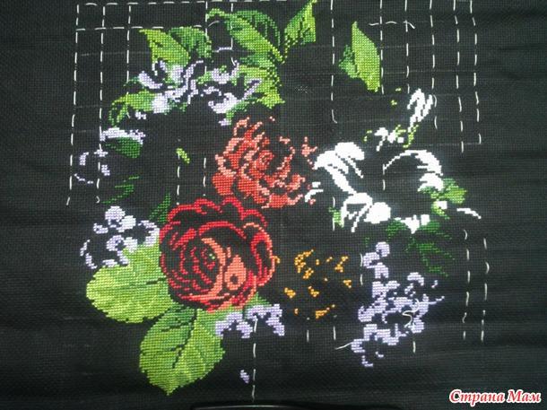 *Нарядная вышитая черная сумочка с цветочным мотивом