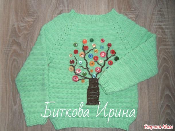 Пуловер с пуговичной аппликацией