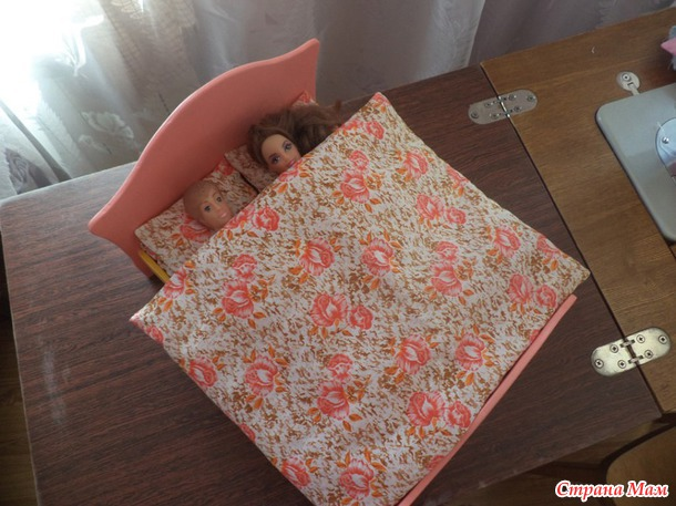 Постельные принадлежности и постельное бельё для кукол.