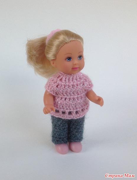 Вяжем брючный комплект (штанишки, кофта и шапочка) для маленькой куклы.