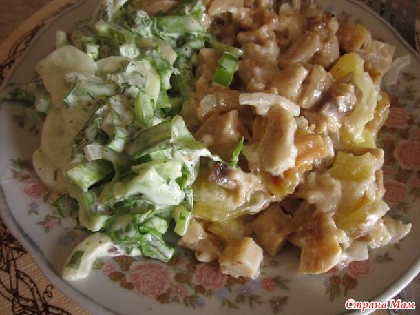 Жареная картошечка с грибами и зелёным салатом