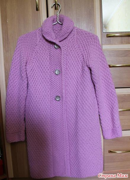 Розовое пальто,  вязанное спицами.