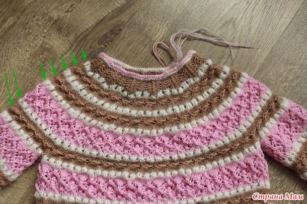 Двухцветный ажурный свитер для девочки