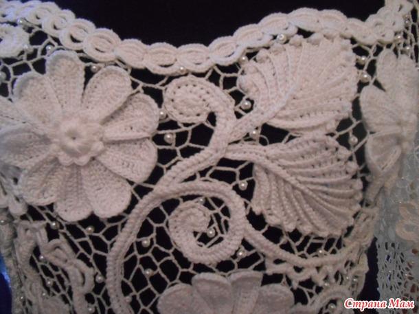 Верх свадебного платья связан.
