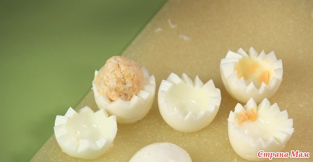 Фаршированные яйца ассорти и овощное пюре