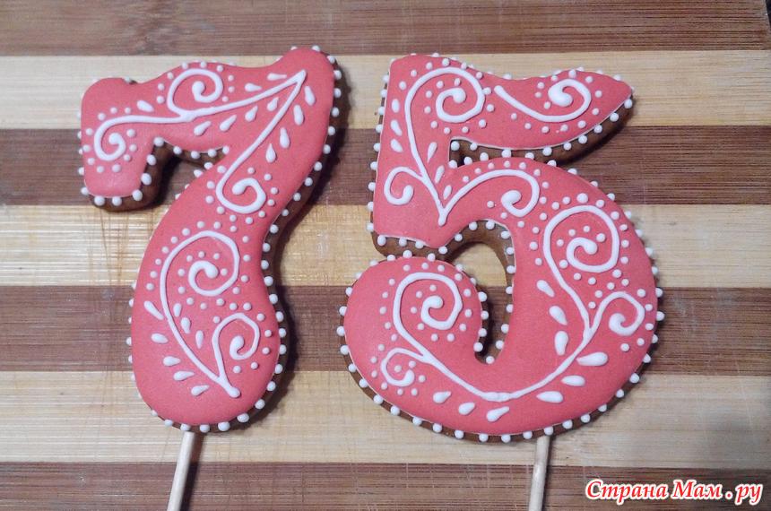 Торт с ягодами украшенный глазурью и цветами
