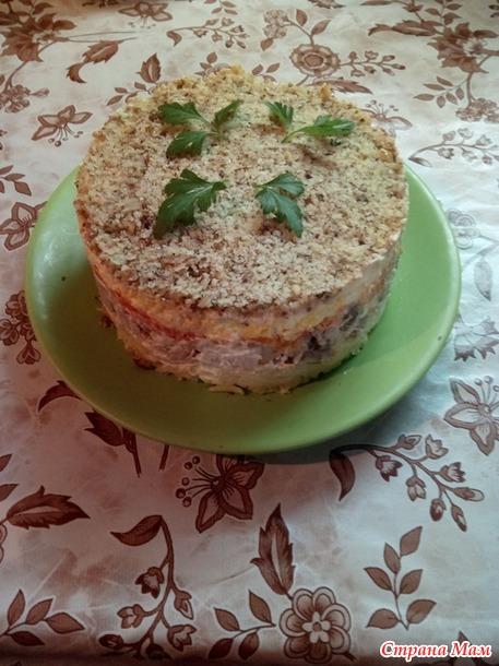 Слоеный салат с курицей и грецкими орехами.
