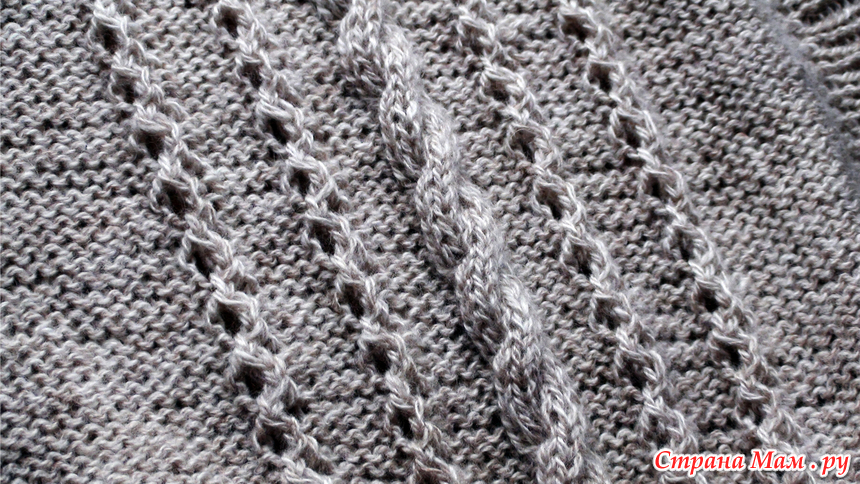 ажурная объемная полоса на фоне из изнаночных петель простое
