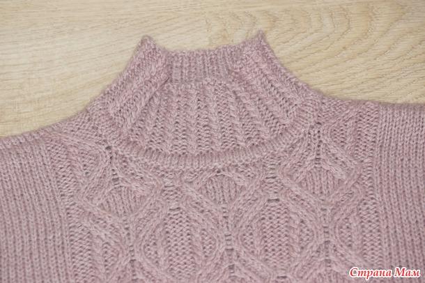 . Женский свитер спицами с аранами по японским схемам