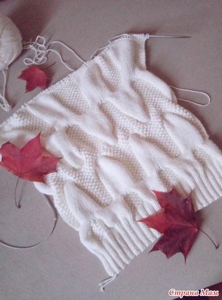 Вязание пуловера с широкой горловиной узором косы.
