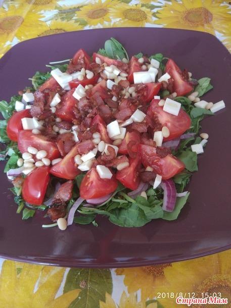 Салат с помидорами и брынзой.