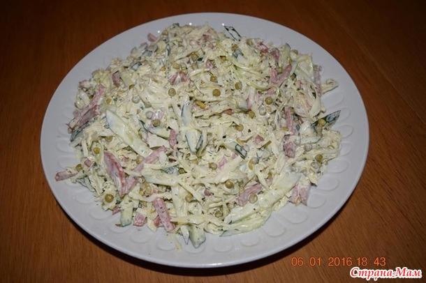 Салат с капустой, огурцом, копченой колбасой и зеленым горошком