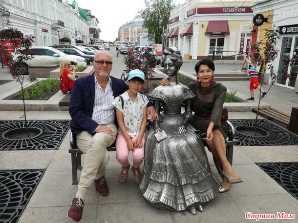 . Платье из вискозы прямого силуэта.